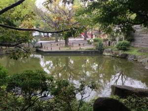 慰霊堂側の日本庭園